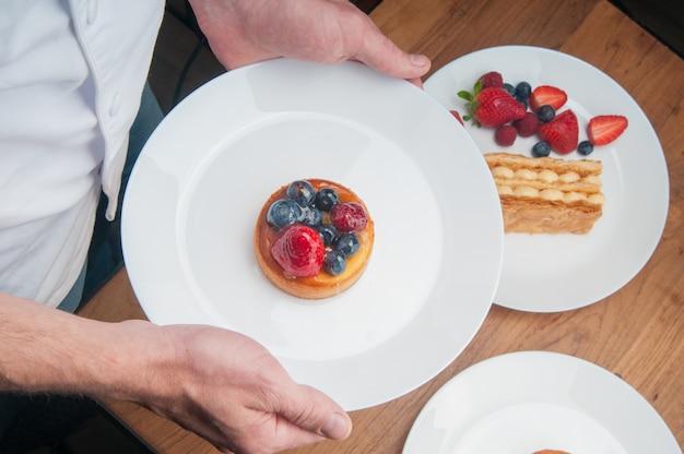 Kelner przynosi deser owocowy