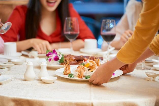 Kelner serwujący jedzenie