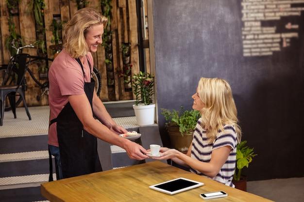 Kelner serwujący kawę