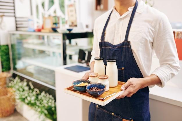 Kelner serwujący śniadanie