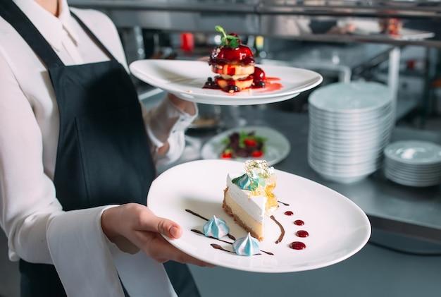 Kelner służący w ruchu na służbie w restauracji. kelner niesie naczynia