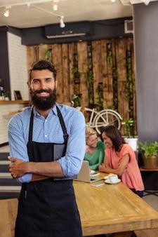 Kelner stojący ze skrzyżowanymi rękami