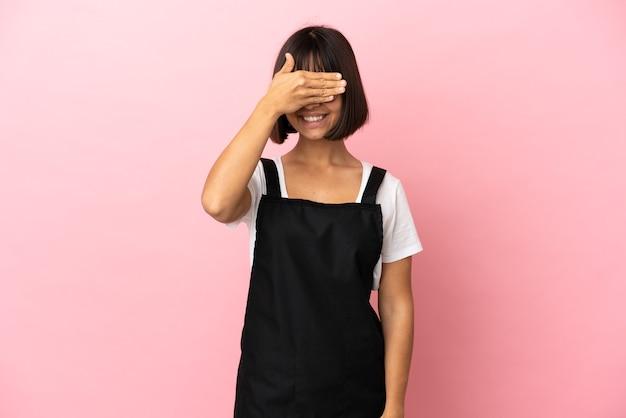Kelner w restauracji na na białym tle różowym tle zasłaniając oczy rękami. nie chcę czegoś widzieć