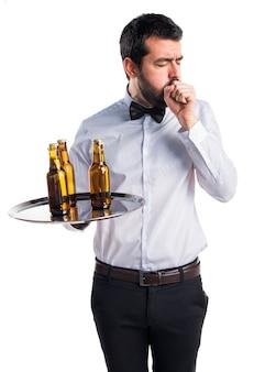 Kelner z butelkami piwa na tacy kaszel dużo