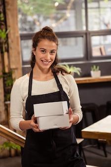 Kelnerka gospodarstwa pola rękami