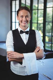 Kelnerka pozowanie ze skrzyżowanymi rękami