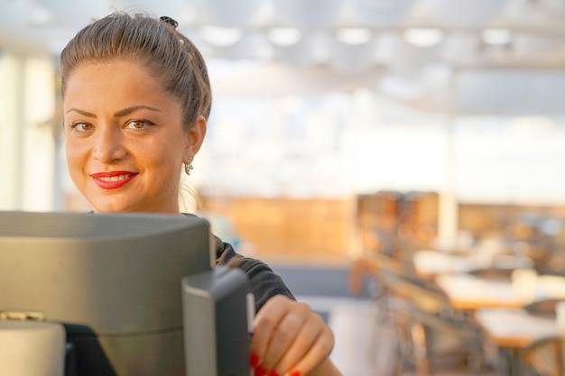 Kelnerka przy kasie