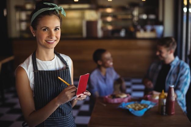 Kelnerka przyjmująca zamówienia w restauracji