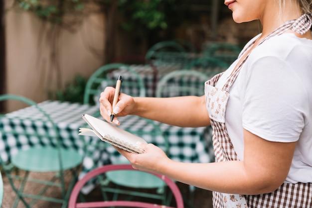 Kelnerka przyjmuje zamówienie