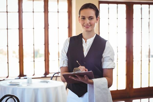 Kelnerka trzyma schowek