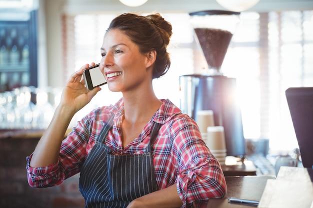 Kelnerka wykonuje połączenie telefoniczne