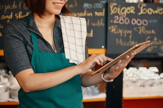 Kelnerka za pomocą aplikacji