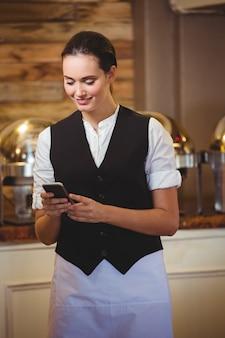 Kelnerka za pomocą smartfona