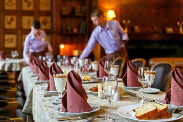 Kelnerzy obsługują stół