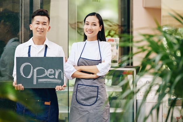 Kelnerzy otwierają kawiarnię