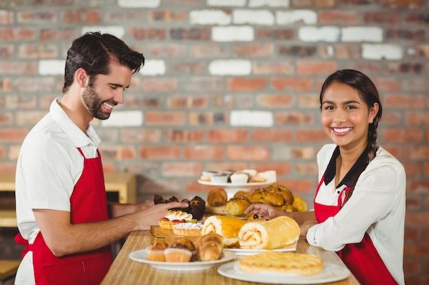 Kelnerzy sprzątają wypieki na blacie