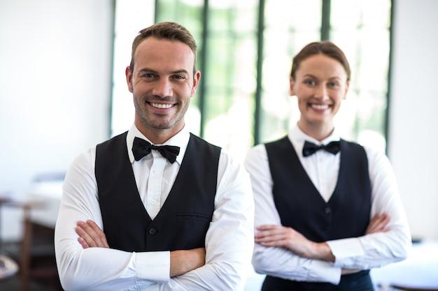 Kelnerzy uśmiecha się do kamery
