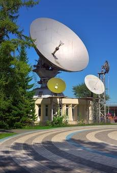 Kemerowo syberia rosja 09012021 antena paraboliczna w centrum miasta pod błękitnym niebem