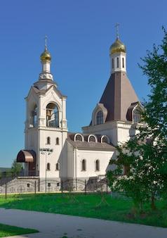 Kemerowo syberia rosja09012021 biała świątynia ze złotymi kopułami pod błękitnym niebem