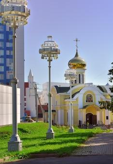 Kemerowo syberia rosja09012021 cerkiew pod złotą kopułą w letni dzień