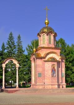 Kemerowo syberia rosja09012021 świątynia wykonana jest z różowego marmuru z panelem mozaikowym