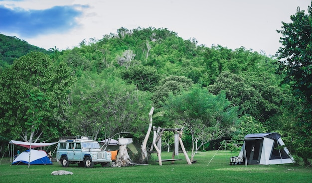 Kemping i namiot z górą w parku przyrody