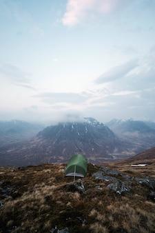 Kemping w mglistym glen coe w szkocji