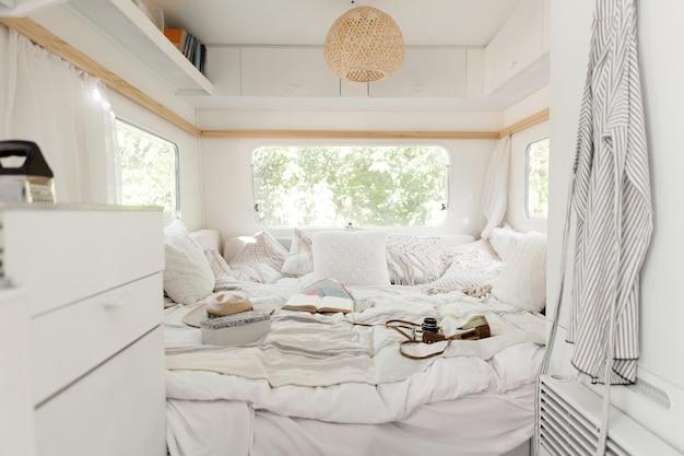 Kemping w przyczepie, wnętrze sypialni rv, nikt. podróżowanie vanem, wakacje w kamperze, sprzęt kempingowy, pojazd rekreacyjny