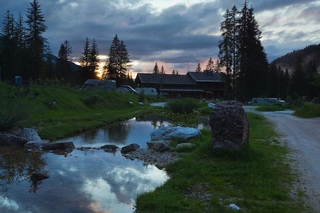 Kemping we włoskich dolomitach. letni widok na zachód słońca.