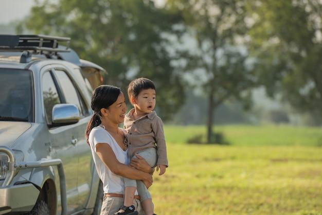 Kemping z dziećmi. szczęśliwa matka i syn ze spędzaniem czasu na świeżym powietrzu w jesiennym parku.