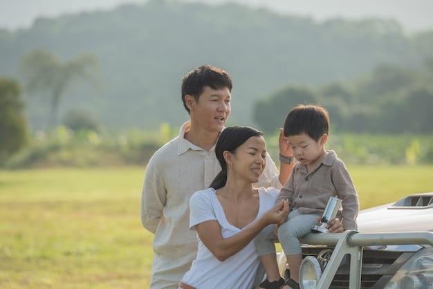 Kemping z rodziną. szczęśliwa rodzina ze spędzaniem czasu na świeżym powietrzu w jesiennym parku.