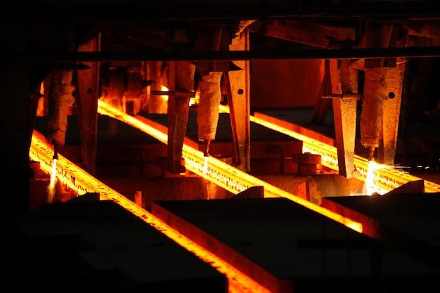Kęsy stalowe przy cięciu palnikiem w zakładzie metalurgicznym. produkcja metalurgiczna, przemysł ciężki, inżynieria, hutnictwo.