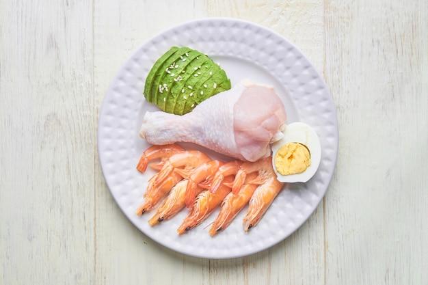 Keto, dieta ketogeniczna, niska zawartość węglowodanów, wysoka zawartość tłuszczu, zdrowe jedzenie na talerzu. widok z góry