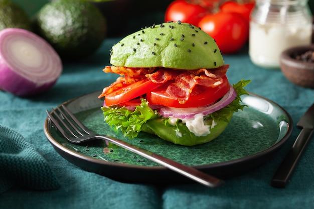 Keto paleo dietetyczny burger z awokado z boczkiem, sałatą, pomidorem