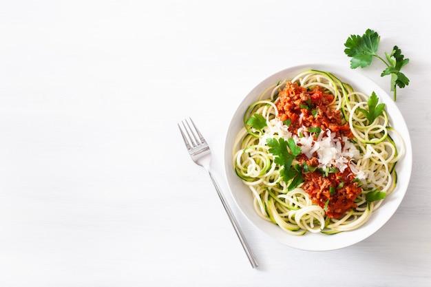 Keto paleo zoodles bolognese: makaron cukiniowy z sosem mięsnym i parmezanem