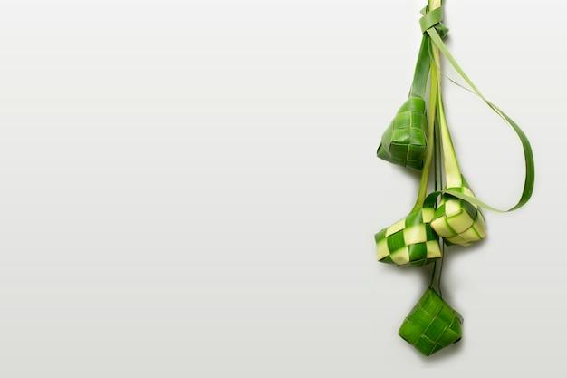 Ketupat lub knedle ryżowe na białym tle