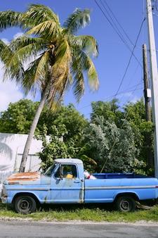 Key west rocznik parkujący samochód w południowym floryda