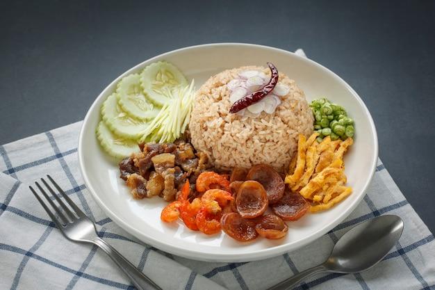 Khao kluk kapi, tajskie jedzenie, pasta z krewetek ryż z szalotką, pieczona papryka, ogórek, mango, karmelizowana wieprzowina, suszone krewetki, kiełbasa, omlet i fasola
