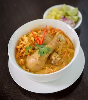 Khao soi, makaron curry, tajskie jedzenie