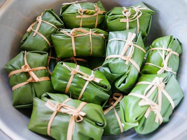 Khao tom błoto, banan i lepki ryż owiń liście banana i gotuj lub gotuj na parze