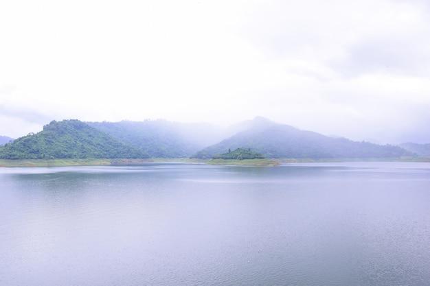 Khun dan prakan chon dam w nakon nayok z mgłą i chmurami w deszczowy dzień.