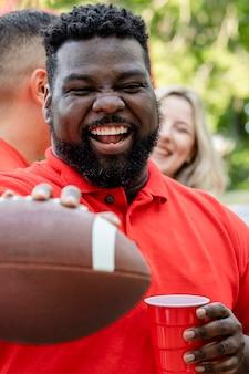 Kibic futbolu amerykańskiego na imprezie tylnej klapy