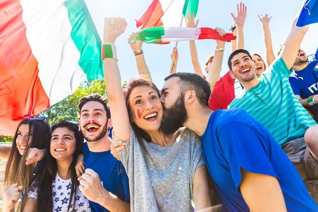Kibice francji świętujący na stadionie z flagami