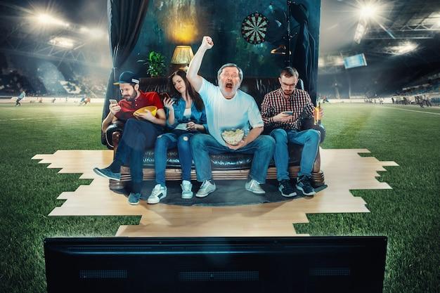 Kibice piłki nożnej siedzący na kanapie w domu i oglądający telewizję na środku boiska. koncepcja piłki nożnej. pełne zanurzenie w meczu. prawdziwe emocje. transmisja na żywo. dynamiczna akcja. kolaż