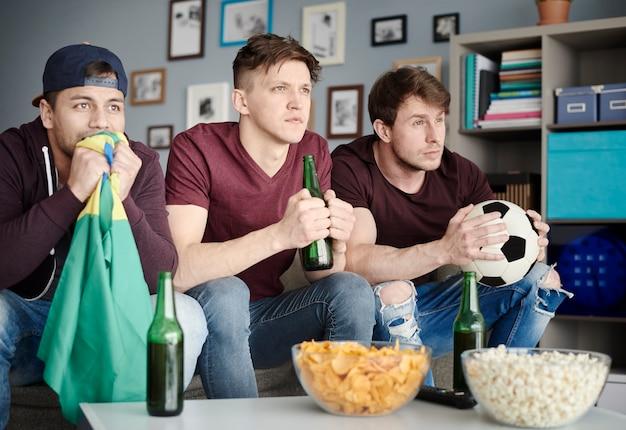 Kibice piłki nożnej w salonie