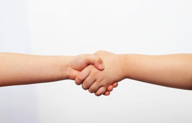Kid hand shake w początkowej koncepcji partnerstwa