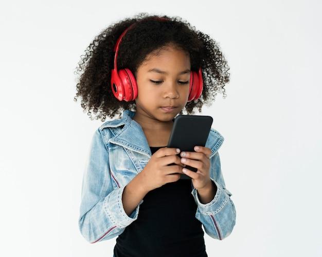 Kid studio shoot słuchanie połączenia muzyki
