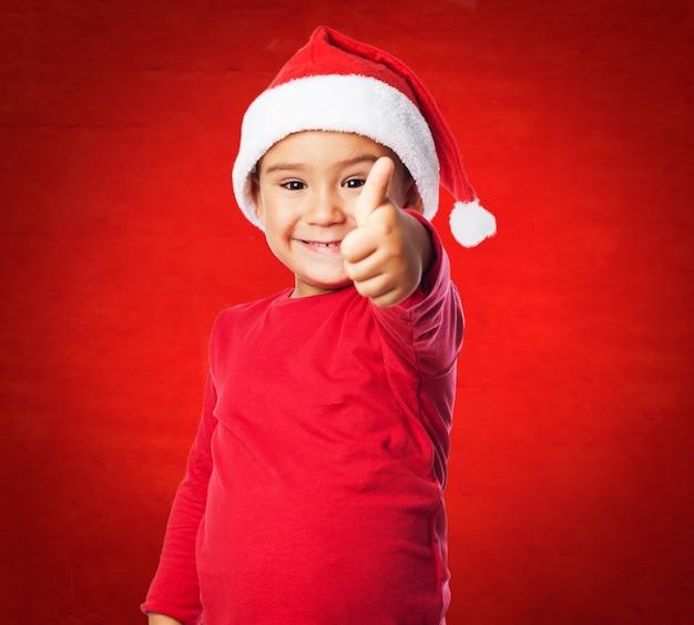 Kid z kapeluszem sant i czerwonym tle