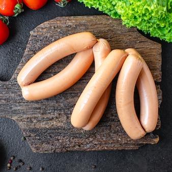 Kiełbasa białko roślinne seitan bezmięsna soja pszenna wegetariańska lub wegańska przekąska na stole zdrowa
