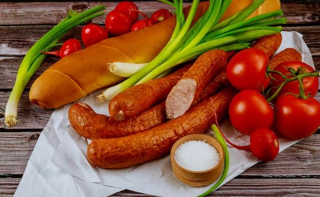 Kiełbasa europejska wędzona z pomidorem wołowym i szczypiorkiem.